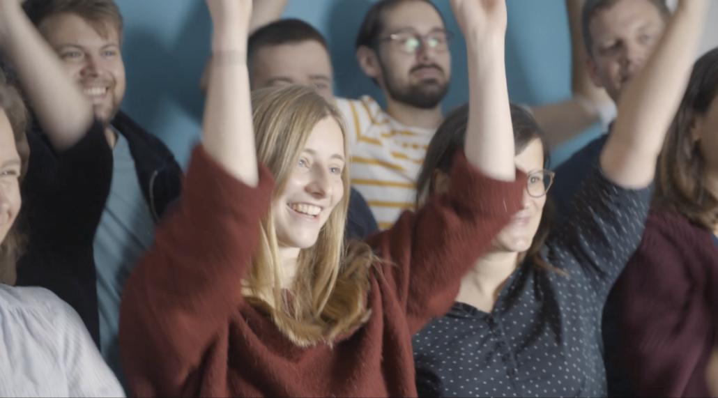 Mitglieder des Krautreporter-Teams winken in die Kamera