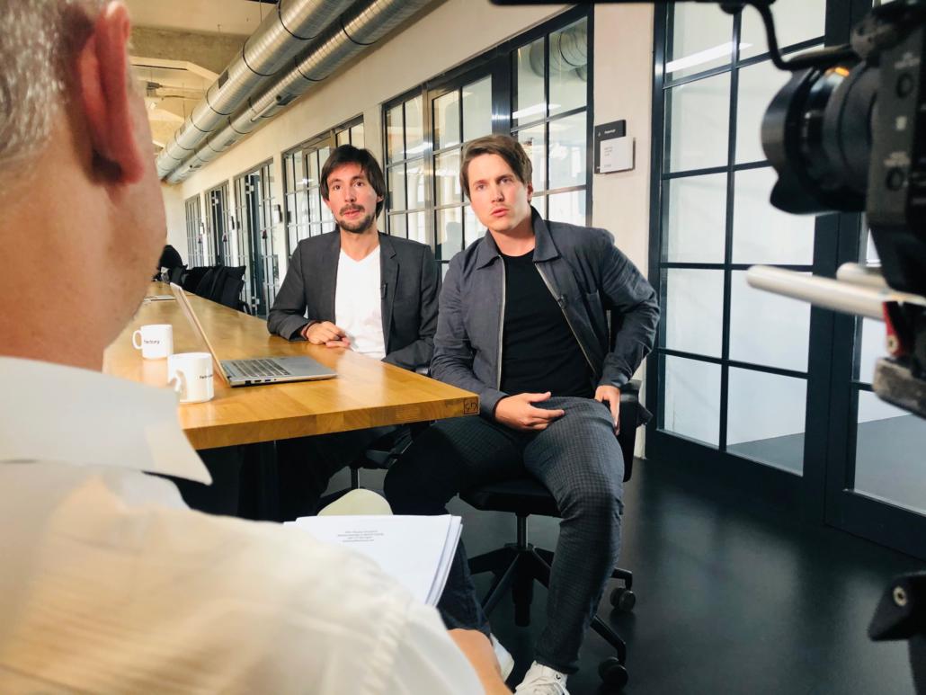 Die Buzzard-Gründer Dario Nassal und Felix Friedrich im Gespräch mit Stephan Weichert
